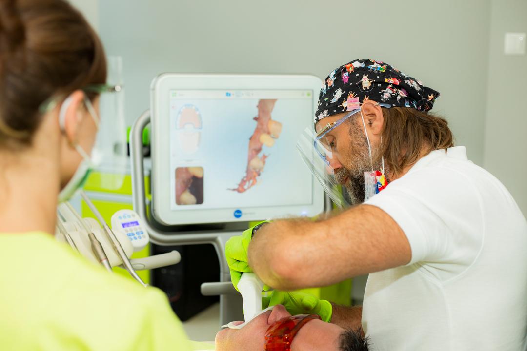 lekarz skanuje uzębienie pacjenta